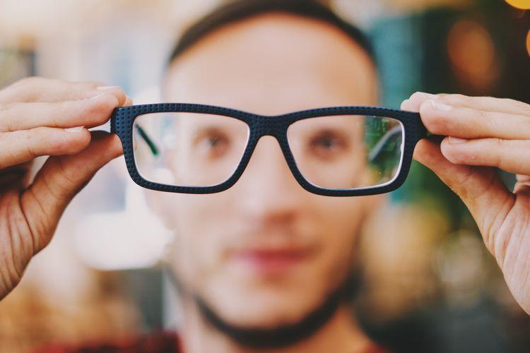 Beberapa gangguan pengelihatan di usia 40 tahun ke atas dapat diatasi menggunakan kacamata berlensa khusus.