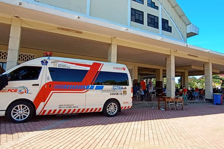 Ratusan warga menjalani tes Swab gratis yang digelar Pemerintah Kota (Pemkot) Surabaya bersama Badan Nasional Penanggulangan Bencana (BNPB) di halaman Gelanggang Olahraga (Gelora) Pancasila, Sabtu (30/5/2020).