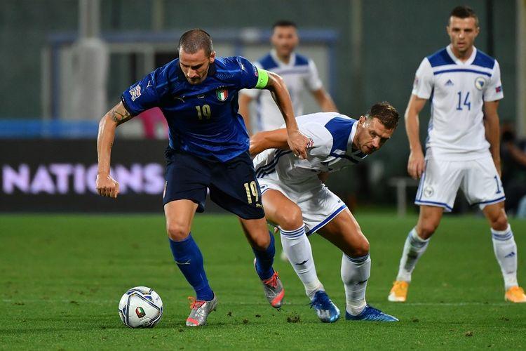Leonardo Bonucci (kiri) berduel dengan Edin Dzeko (kanan) dalam laga UEFA Nations League Italia vs Bosnia di Stadion Artemio Franchi, Firenze, Italia, Jumat (4/9/2020) waktu setempat atau Sabtu (5/9/2020) dini hari WIB.