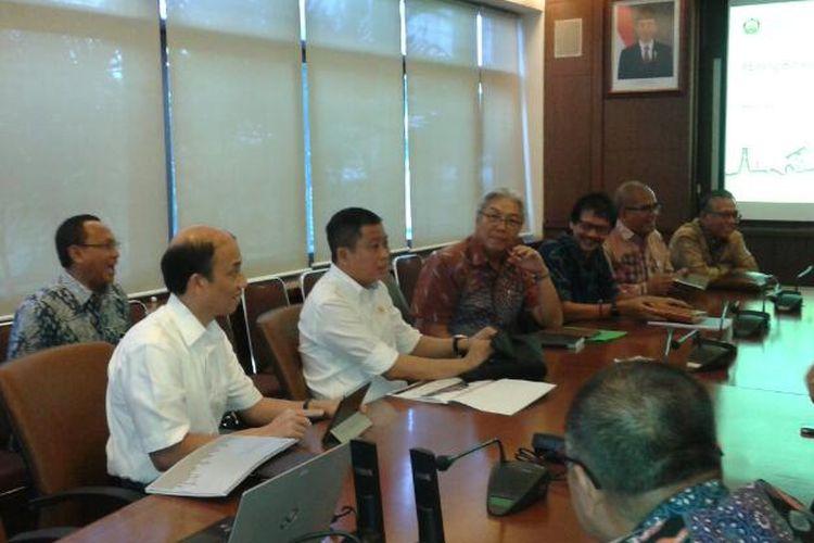Menteri ESDM Ignasius Jonan, Wakil Menteri ESDM Arcandra Tahar didampingi Dirjen Minerba ESDM Bambang Gatot dan sejumlah Dirjen lain saat berkunjung ke Kompas, Jumat (7/4/2017).
