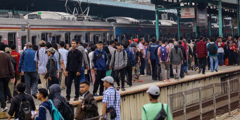 Penumpukan penumpang akibat anjloknya gerbong kereta rel listrik (KRL) nomor 1507 rute Bogor - Angke di wilayah Stasiun Manggarai, Jakarta Selatan, Selasa (3/10/2017). Tidak ada korban dalam peristiwa tersebut tetapi menyebabkan terjadinya penumpukan penumpang dan terganggunya perjalanan KRL di sejumlah stasiun.