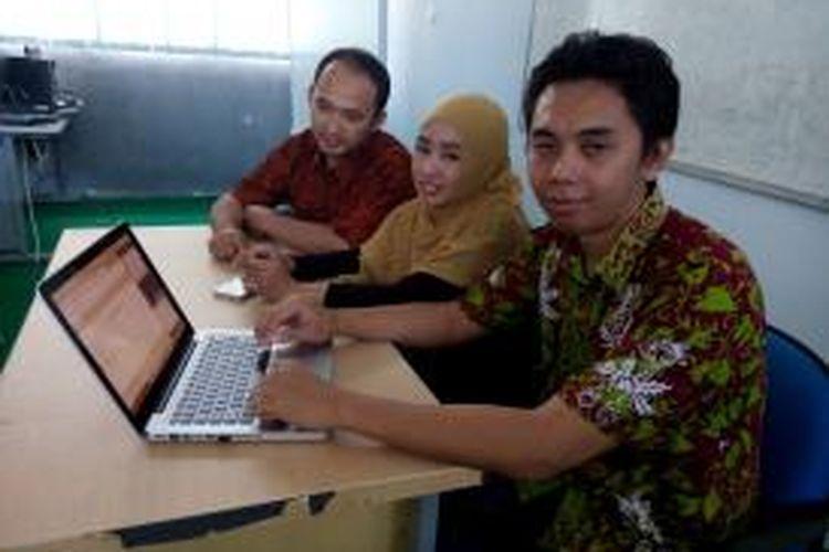 Tiga dosen Poliwangi Banyuwangi menciptakan Kamus Digital Bahasa Using Banyuwangi untuk melestarikan bahasa lokal