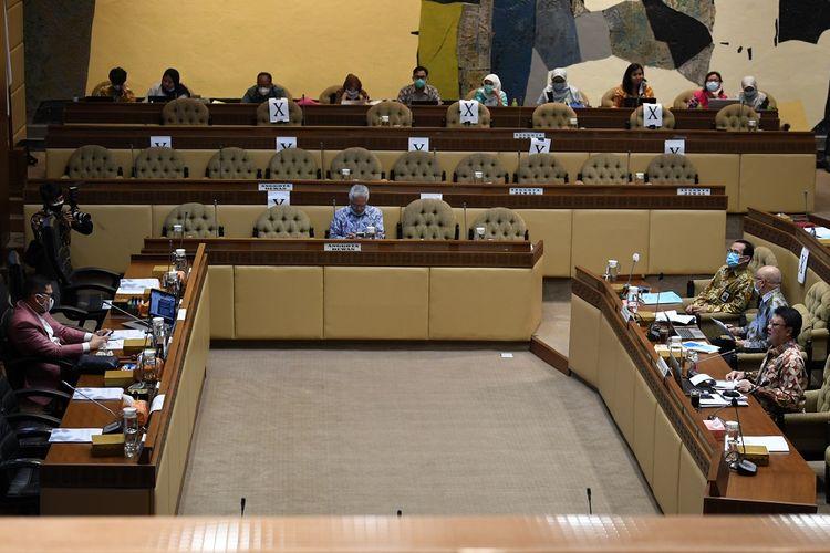 Menteri Pemberdayaan Aparatur Negara dan Reformasi Birokrasi Tjahjo Kumolo (kanan) bersama Kepala Badan Kepegawaian Negara Bima Haria Wibisana (kedua kanan) mengikuti rapat kerja bersama Komisi II DPR di Kompleks Parlemen, Senayan, Jakarta, Kamis (19/11/2020). Raker tersebut membahas evaluasi penetapan formasi pengadaan CPNS dan PPPK tahun 2021. ANTARA FOTO/Puspa Perwitasari/wsj.