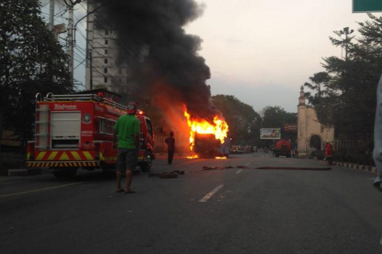 Nampak bus pariwisata terbakar di Jalan Ir. Sutami, Jebres, Kota Solo.