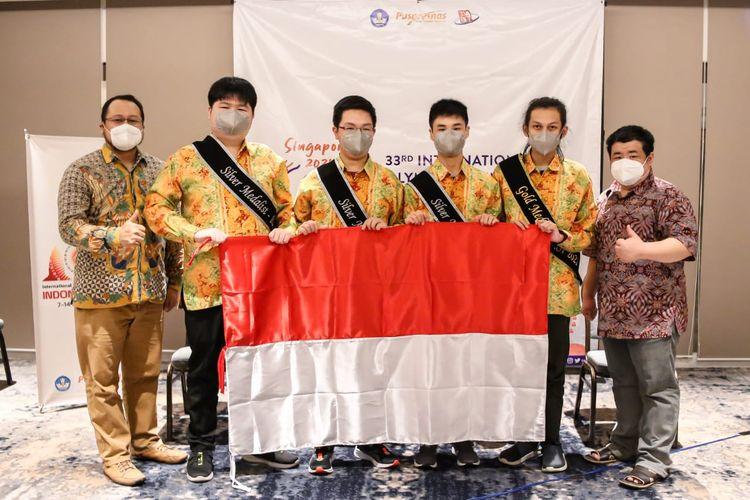 Empat siswa Indonesia berhasil meraih empat medali dalam International Olympiad in Informatics (IOI) 2021 yang dilaksanakan secara daring pada 19-25 Juni 2021 dengan Singapura sebagai tuan rumah tahun ini.