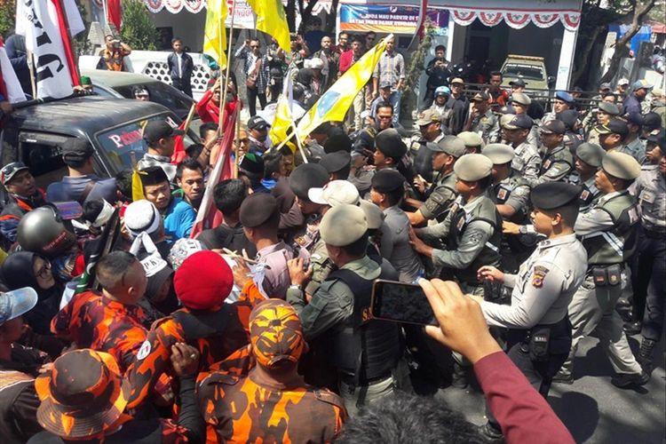 Mahasiswa dan PKL yang menggelar aksi unjukrasa pelantikan anggota DPRD Garut, terlibat aksi saling dorong dengan aparat kepolisian, Selasa (13/08/2019)