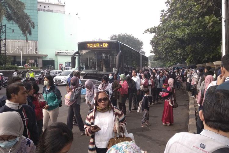 Antrean Transjakarta di mall Cibubur Junction di hari pertama ganjil-genap, Senin (16/4/2018)