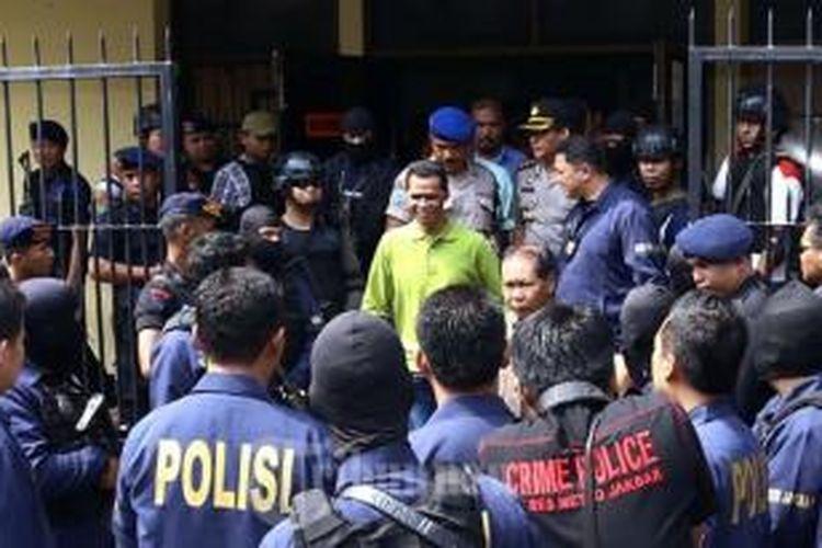 Hercules Rozario Marshal dijemput tim Polres Jakarta Barat saat usai menjalani Tahanan di Rutan Narkoba Polda Metro Jaya, Jakarta Selatan, Sabtu (3/8/2013).