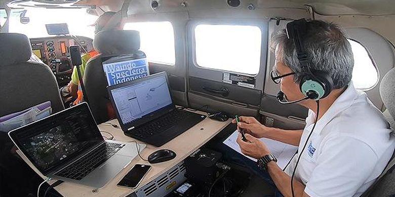 Kondisi di dalam pesawat yang sedang memindai kawasan Situs Muarajambi dengan teknologi Light detection and raging (Lidar).