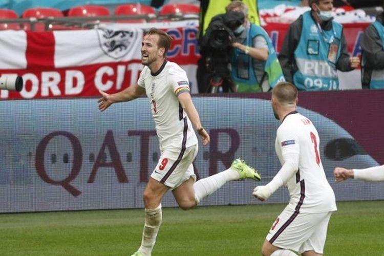 Striker timnas Inggris Harry Kane (kiri) berselebrasi usai mencetak gol ke gawang Jerman pada laga babak 16 besar Euro 2020 di Stadion Wembley, London, Inggris, Rabu (30/6/2021) dini hari WIB.