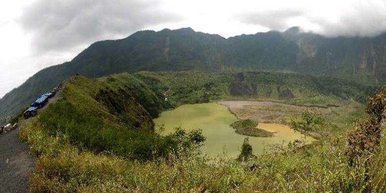 Kawah Gunung Galunggung,Tasikmalaya, Jawa Barat, Minggu (29/1/2012). Gunung Galunggung merupakan gunung berapi aktif dengan ketinggian 2.167 mdpl. Terakhir kali meletus tahun 1982 dengan material letusan mencapai 130 km kubik.
