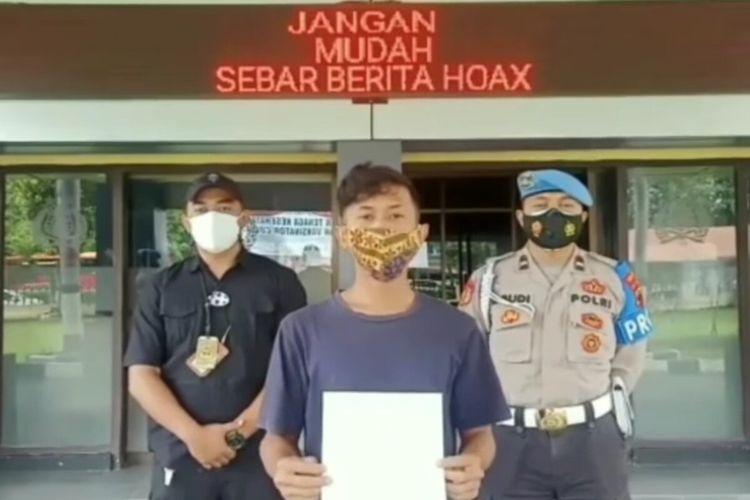Seorang pemuda berinisial RAI pembuat komentar tidak benar atau hoaks dalam kolom komentar di media sosial meminta maaf di Mapolresta Solo, Jawa Tengah.