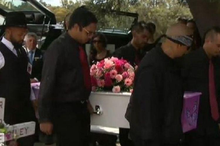 Prosesi pemakaman terhadap Annaliese Ugle, bocah 11 tahun di Australia yang bunuh diri setelah mengetahui orang yang memerkosa dia dibebaskan dengan jaminan.(9News via The Sun)