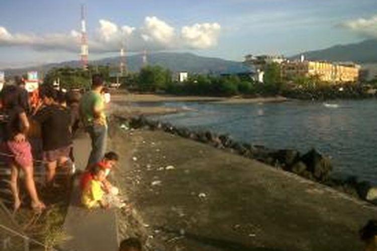 Warga mendatangi lokasi muara Sungai Sario, Manado tempat tenggelamnya dua bocah akibat tersert arus sungai.