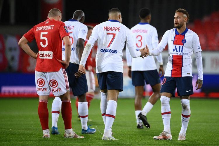 Kylian Mbappe (tengah) merayakan golnya dalam pertandingan Brest vs PSG pada pekan terakhir Liga Perancis 2020-2021 di Stadion Francis-Le Ble, Senin (24/5/2021) dini hari WIB.