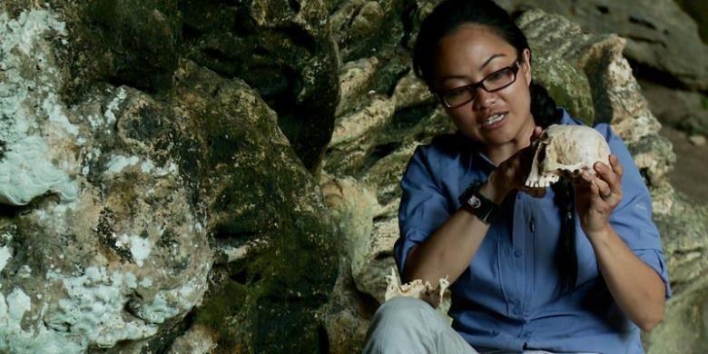 Dokter Ratih mengamati replika tengkorak LB1 di Liang Bua, Flores, NTT.