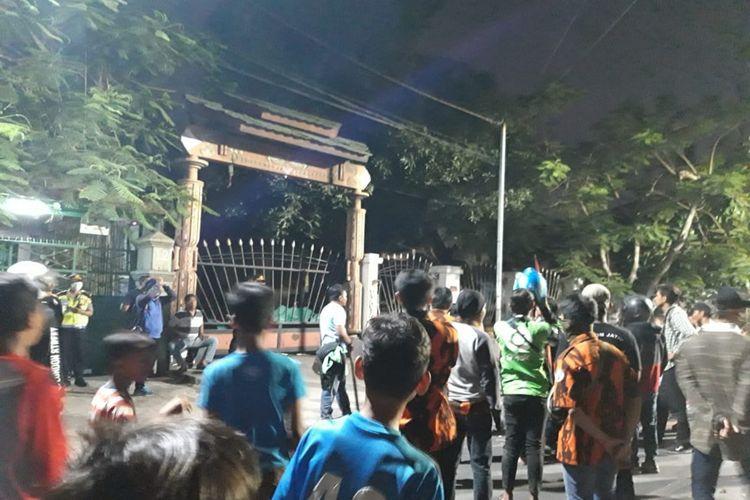 Asrama Mahasiswa Papua, di Jalan Kalasan, Surabaya, Jawa Timur, didatangi oleh sejumlah kelompok organisasi masyarakat (ormas), Jumat (16/8/2019).