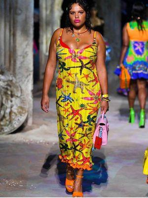 Model plus size Alva Claire ketika mewakili Versace di Milan Fashion Week.