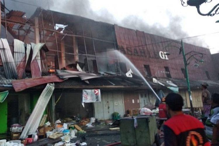 Ratusan kios di Pasar Legi Solo terbakar, Senin (29/10/2018) sore. Kebakaran diduga karena korsleting listrik.