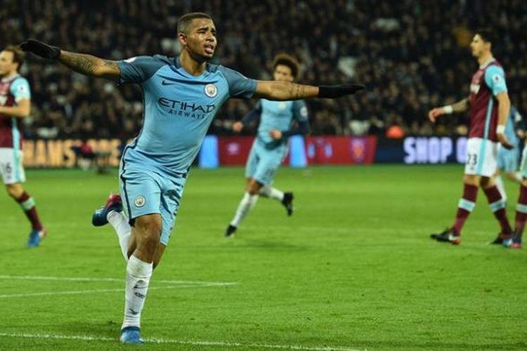 Penyerang Manchester City, Gabriel Jesus, mencetak gol ke gawang West United pada pertandingan lanjutan Premier League di  Stadion London, Rabu (1/2/2017).