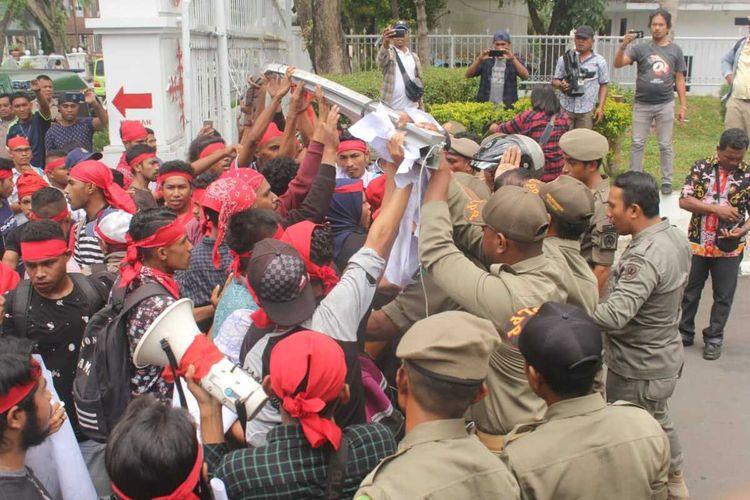 Puluhan mahasiswa  dari Aliansi Mahasiswa Adat Welyhata terlibat kericuhan dengan petugas Satpol PP Pemerintah Provinsi Maluku di depan pagar pintu masuk Kantor Gubernur Maluku, Kamis (27/2/2020)