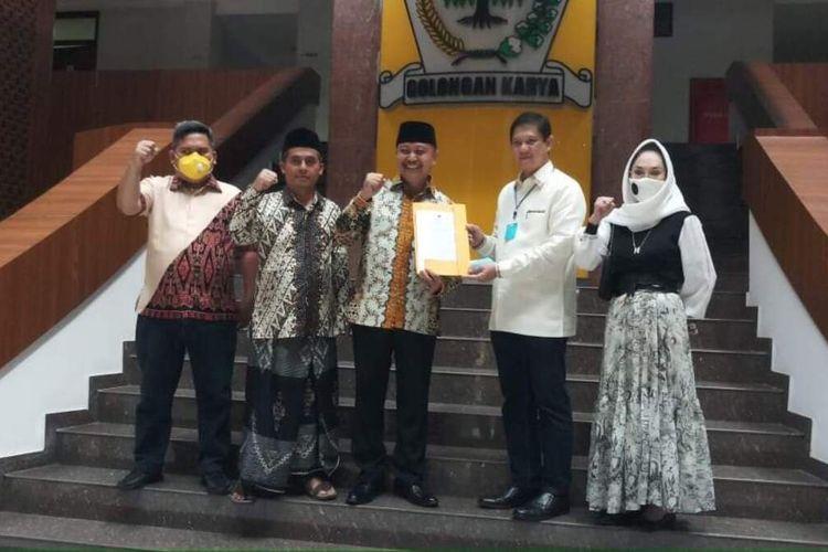 Ketua DPP Partai Golkar Wilayah Jawa 1 MQ Iswara, menyerahkan surat keputusan pengusungan pasangan calon bupati dan wakil bupati di Pilkada Tasikmalaya kepada Iwan Saputra-Iip Miftahul Paos di Kantor DPP Partai Golkar, Rabu (5/8/2020).