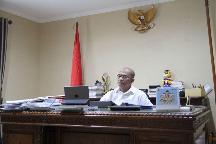 Menko PMK Muhadjir Effendy saat melakukan rapat video conference dengan sejumlha menteri terkait penanganan Covid-19, MInggu (22/3/2020).