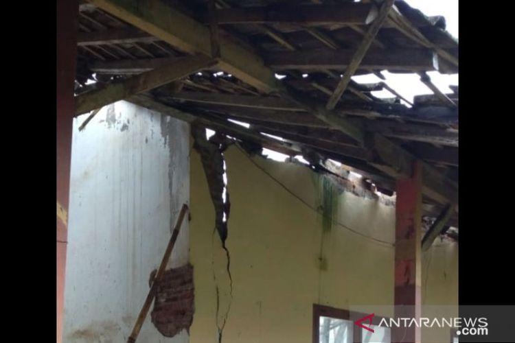 Sebagian dinding retak akibat ambruknya atap ruang kelas di SDN Rowotengah 03 di Kecamatan Sumberbaru, Kabupaten Jember, Kamis (12/11/2020)