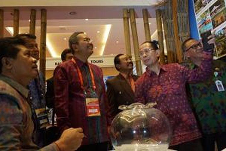 Wakil Gubernur Bali I Ketut Sudikerta (duduk paling kiri) mendengarkan penjelasan Deputi Pengembangan Pemasaran Pariwisata Luar Negeri Kementerian Pariwisata I Gde Pitana (nomor dua dari kanan) pada Bali and Beyond Travel Fair (BBTF) 2015 di Bali Nusa Dua Convention Center, Nusa Dua, Kamis (11/6/2015). BBTF berlangsung sampai Sabtu (13/6/2015).