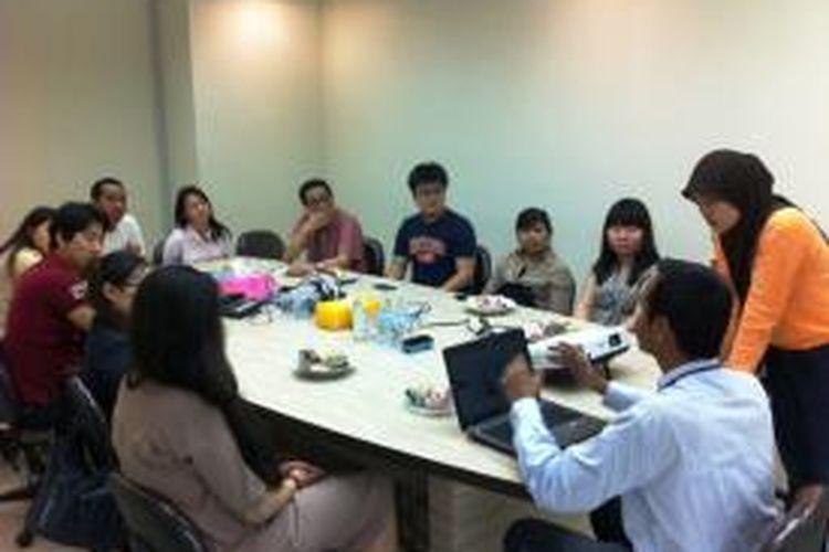 Sejumlah mahasiswa dari Solbridge International School of Business Woosong University, Korea Selatan berkunjung ke kantor Kompasiana di Palmerah, Rabu (26/2/2014) pagi.