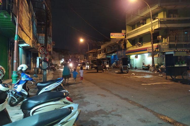 Pasar Lama Kota Tangerang sepi dari pedagang dan masyarakat umum karena penerapan PPMM, Selasa (12/1/2021) malam.