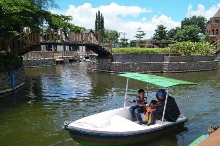 ILUSTRASI - Pengunjung menaiki perahu boat kecil menyusuri area sekitar The Village Purwokerto, pada Selasa (05/02/2019). (Tribunjateng.com/Permata Putra Sejati)