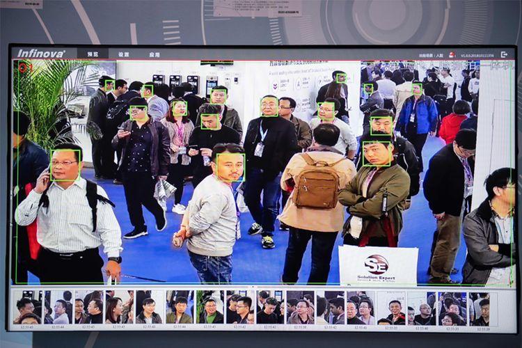 AI semakin umum digunakan di China. Dalam foto ini, AI merekam dan mengenali wajah para pengunjung 14th China International Exhibition on Public Safety and Security.