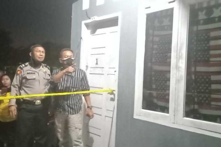 Polisi melakukan olah TKP pada kasus seorang mahasiswa ditemukan tewas diduga gantung diri di Jalan Garuda Sakti, Kelurahan Air Putih, Kecamatan Tampan, Kota Pekanbaru, Riau, Rabu (24/2/2021) malam.
