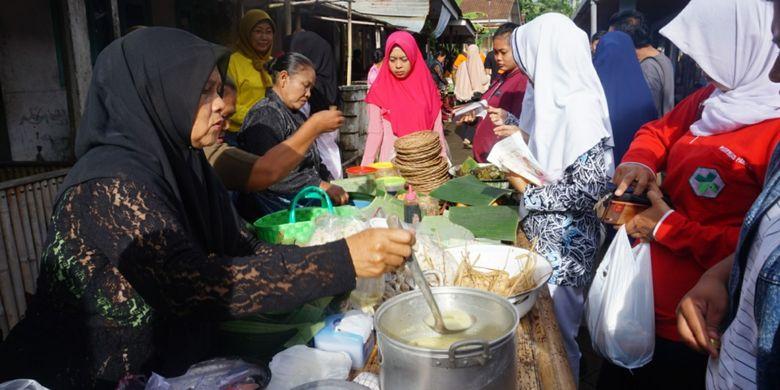 Pasar jajan tradisional di Desa Kemiren, Kabupaten Banyuwangi, Jawa Timur, Jumat (26/1/2018).