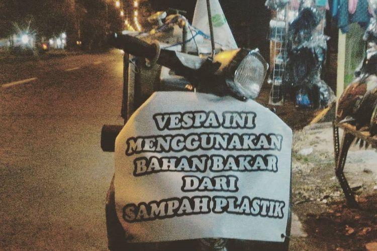 Vespa lawas yang digunakan Dimas dalam perjalanan touring Jakarta-Bali dengan bahan bakar sampah plastik