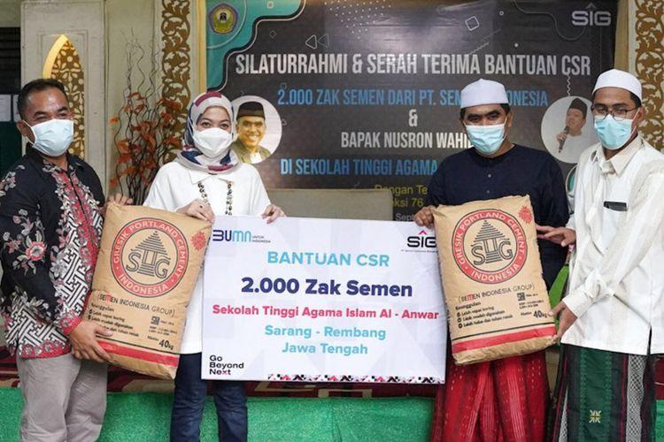 Corporate Secretary SIG Vita Mahreyni (kedua kiri) dan General Manager of CSR SIG Edy Saraya (kiri), saat memberi bantuan 2.000 sak semen secara simbolis kepada ketua STAI Al Anwar KH Abdul Ghofur, Sabtu (4/9/2021).