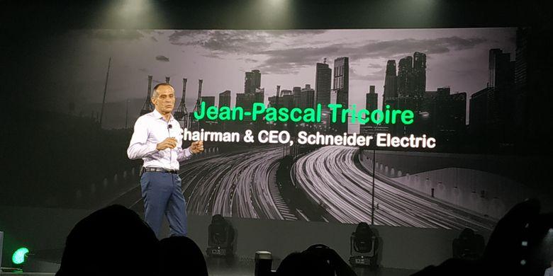 Chairman and Chief Executive Officer Schneider Electric Jean-Pascal Tricoire saat berbicara di Innovation Summit Asia 2018, di Singapura, Kamis (20/9/2018).