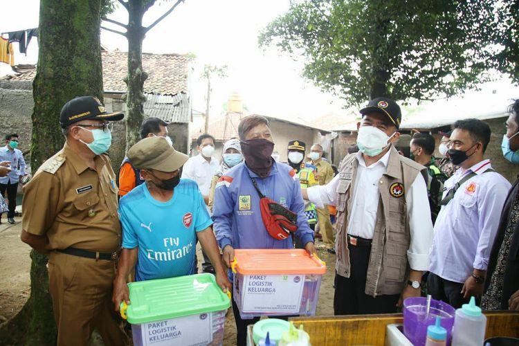 Menko PMK Muhadjir Effendy saat mengecek distribusi bantuan sosial di Desa Sukamantri, Kecamatan Cisaat, dan Desa Sukaraja, Kecamatan Sukaraja, Kabupaten Sukabumi, Jawa Barat, pada Selasa (3/8/2021).