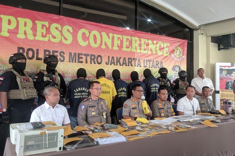 Polisi mengungkap kasus jual beli STNK Dan TNKB palsu di Polres Metro Jakarta Utara Selasa (27/8/2019)