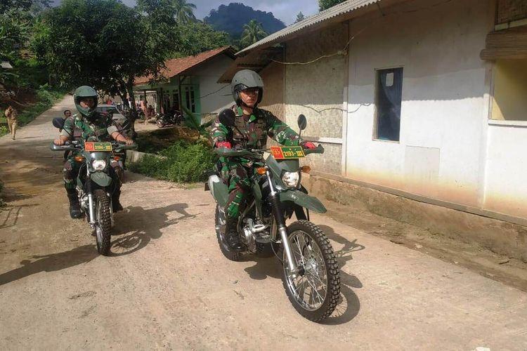 Mengendarai motor trail Dandim 0608/Cianjur, Letkol Inf Rendra Dwi Ardhani meninjau sejumlah rumah tidak layak huni di wilayah Kecamatan Cikalongkulon, Cianjur, Selasa (14/01/2020). Rumah-rumah tersebut ditinjau untuk diperbaiki dalam program TMMD 2020