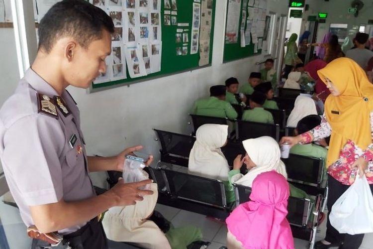 Sejumlah siswa SDIT dan SMPIT Al Hikam Banyudono saat mendapat perawatan di Puskesmas Banyudono Boyolali, Rabu (5/2/2020).