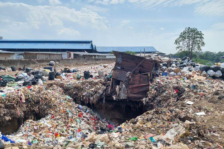 Tumpukan sampah yang berada di salah satu TPS liar yang ditutup Kementerian Lingkungan Hidup dan Kehutanan (KLHK) pada Kamis (23/9/2021) siang. TPS itu berada di Gang Menteng, Neglasari, Kota Tangerang.