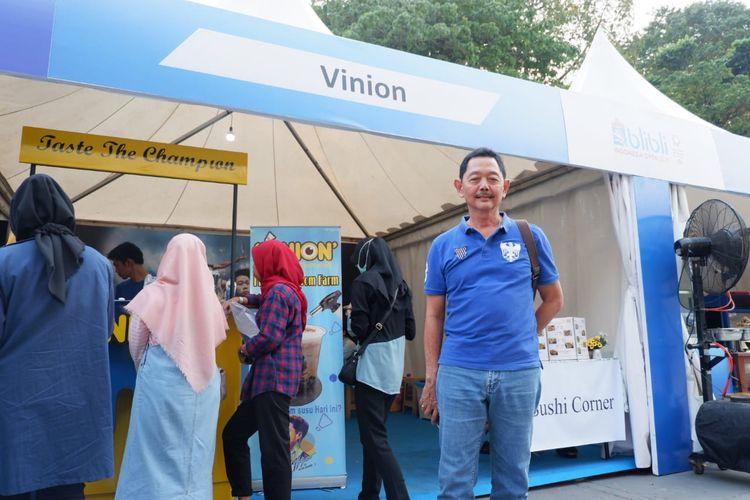 Ayahanda Kevin Sanjaya Sukamuljo, Sugiarto Sukamuljo, saat memantau Vinion yang merupakan usaha minuman susu aneka rasa milik anaknya.