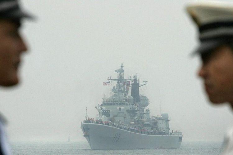 USS Curtis Wilbur (DDG54), sebuah kapal penghancur rudal kelas AEGIS Angkatan Laut AS, tiba di pelabuhan Qingdao, 13 September 2005 di Qingdao, di provinsi Shandong, China timur
