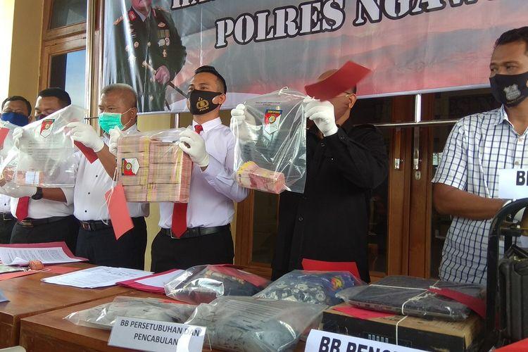 Kepolisian Resor Ngawi berhasil menggulung komplotan kakek kakek pengedar uang palsu. Dari ketiga pelaku Polisi berhasil mengamankan lebih dari 546 juta rupiah uang palsu.