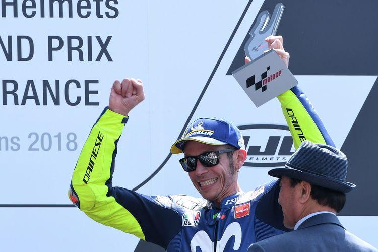 Valentino Rossi saat merayakan podium MotoGP Perancis 2018 di Sirkuit Le Mans, 20 Mei 2018. Kala itu, Rossi memulai balapan dari urutan kesembilan.