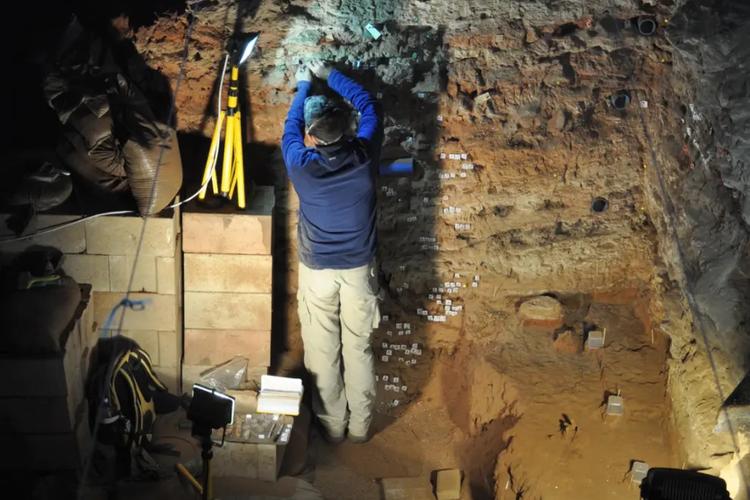Penelitian di gua Wonderwerk, Afrika Selatan membuktikan manusia purba menggunakan api 900.000 tahun lalu