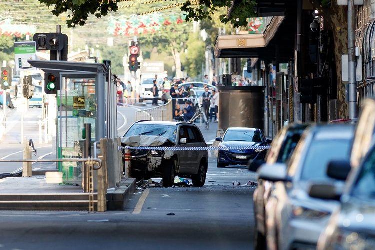 Mobil SUV putih yang dikendarai pelaku penabrakan para pejalan kaki di Melbourne, Kamis (21/12/2017), baru berhenti usai menghantam terminal trem. Sebanyak 14 orang terluka, beberapa luka parah, akibat insiden yang diyakini disengaja tersebut.