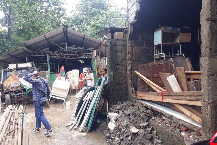 Tembok rumah warga RT 02, RW 04, Kelurahan Cipinang Melayu, Makasar, Jakarta Timur, jebol akibat diterjang banjir, Selasa (25/2/2020).